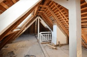 Dachboden mit Holzbalkendecke